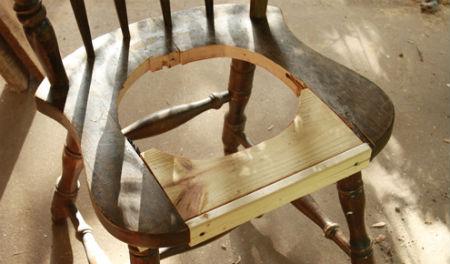 Вырезаем окружность в сиденье стула.