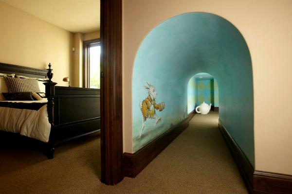 Детская комната в стиле «Алисы в стране чудес».