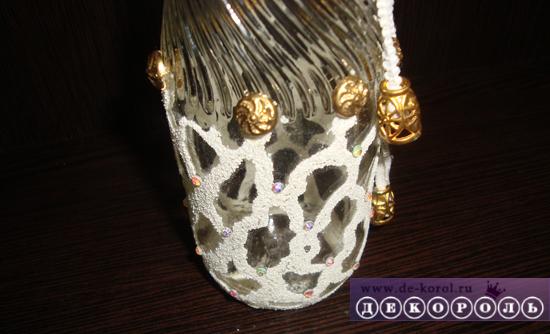 Декорируем вазу стразами и заклепками.