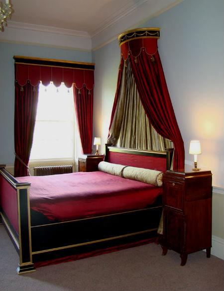 Красные шторы в спальне.