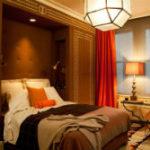 Впечатляющие красные шторы в спальне. Фото