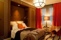 Красные шторы в интерьере спальни.