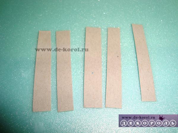 Вырезаем небольшие полоски из картона.