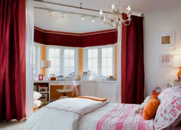 Розовые шторы в спальню.