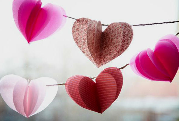 Как сделать гирлянду из сердечек.
