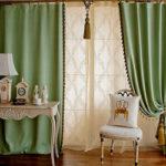 Позитивные и свежие зеленые шторы в спальне. Фото