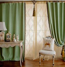 Зеленые шторы в интерьере спальни.