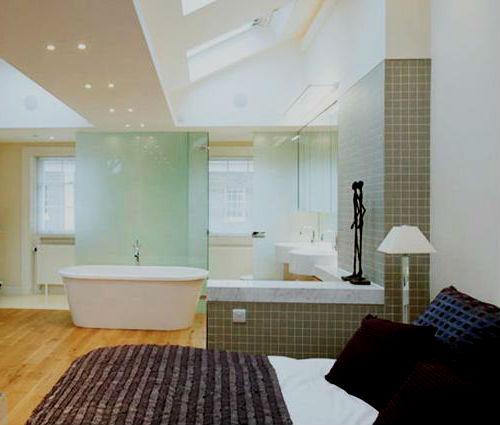 Ванна в спальне.