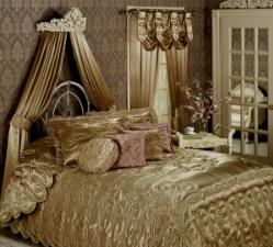Полукруглый балдахин над кроватью.