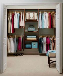 Маленькая гардеробная комната.