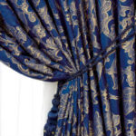 Синие шторы в спальне для создания приглушенной и уютной атмосферы