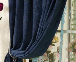 Синие шторы в гостиной.