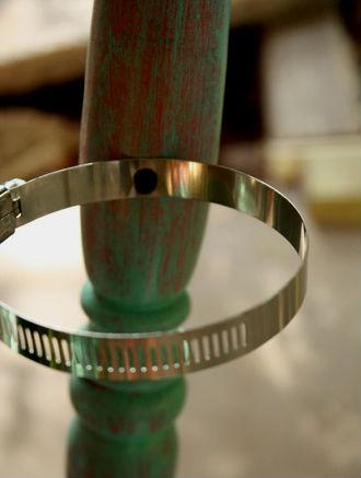 На спинке стула закрепляем металлические кольца.