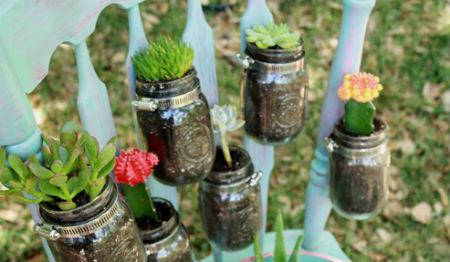 В кольца устанавливаем горшки с цветами.